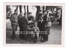 Altes Foto deutsche Soldaten und französische Gendarmerie / Polizei 2.WK