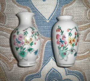 VINTAGE-CHINESE-WILD-FLOWER-BLOSSOMS-MOTIF-PORCELAIN-SMALL-VASES-LOT-OF-2