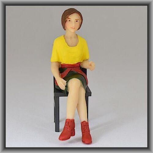 gelbe Bluse Dingler Handbemalte Figur Polyresin Spur 1 Frau sitzend 100220-01