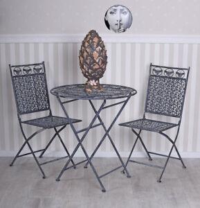 Eisenmoebel-Sitzgruppe-Landhaus-Gartengarnitur-Tisch-zwei-Stuehle-Gartenmoebel
