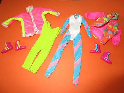 261) Due Vecchie Tute + Due Sci-giacche + Due Paia Di Scarpe Fissi Mattel Molto Bene-i Paar Feste Schuhe Mattel Sehr Gut It-it Mostra Il Titolo Originale