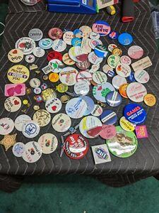 Viele-Oldtimer-Buttons-Pins-1960s-1970s-Werbung-Fluegel
