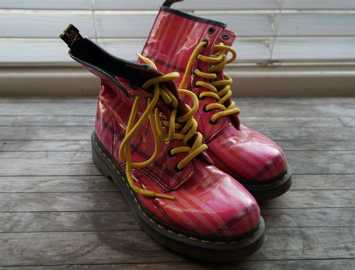 RARE dr. martens pink pink pink plaid 8 eyelet combat boot with yellow laces womens size 6 4b5465