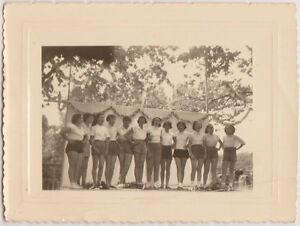PHOTO-ANCIENNE-OSMOY-CHER-1956-12-JEUNES-FILLES-SUR-UN-PODIUM-INTERNAT