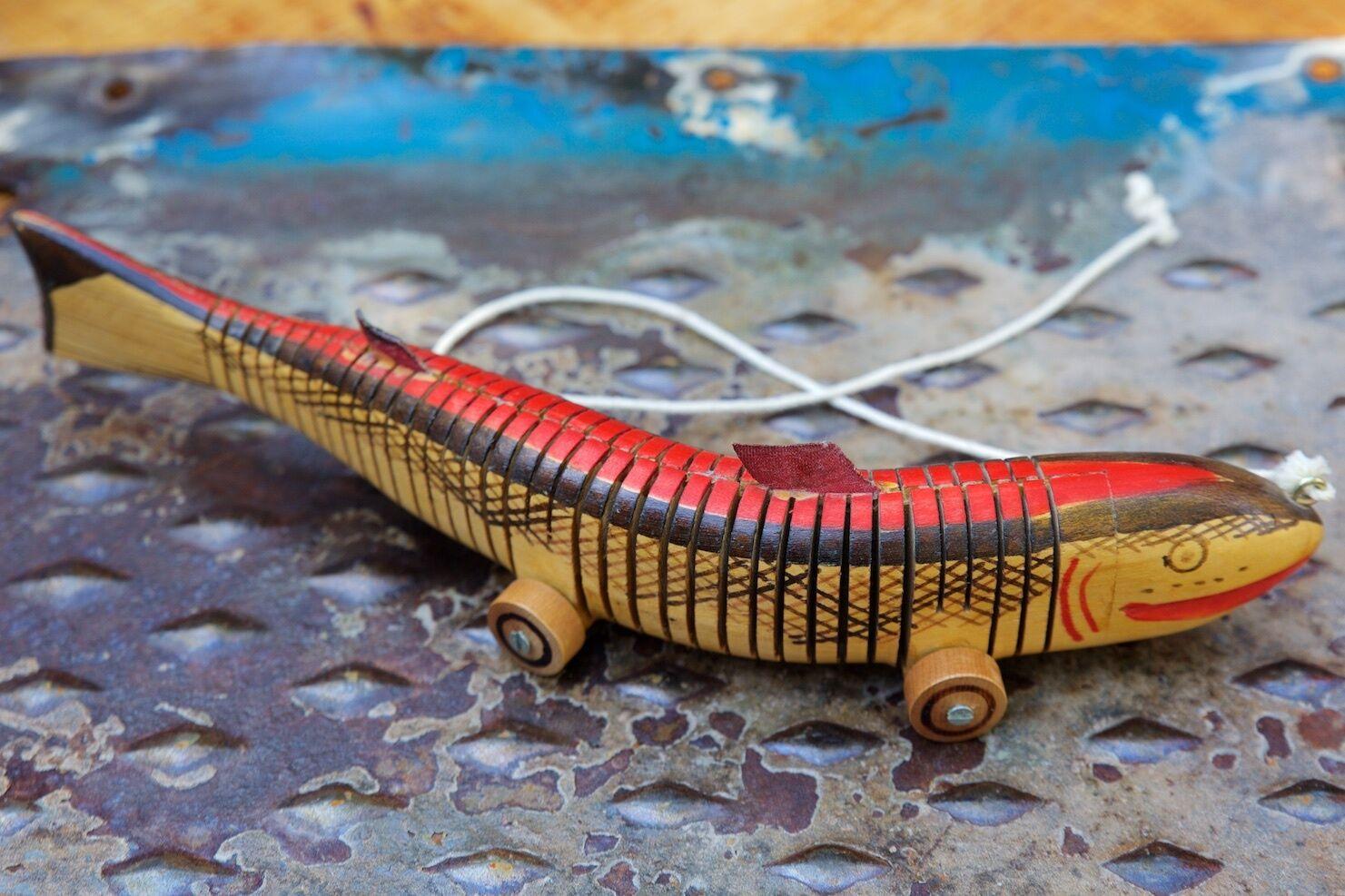 Vintage - spielzeug von hand bemalt 13,5  holz durch fisch mit schwimm - aktion