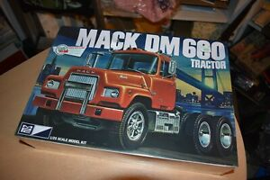 MPC-859-Mack-DM600-Tractor-1-25-New-Truck-Model-Kit-Big-Rig-Retro-Deluxe-SEALED