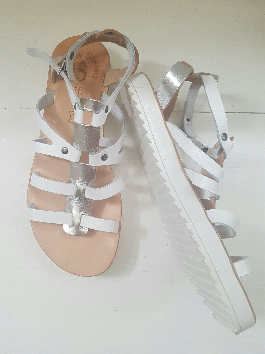EUC  GREEK LEATHER GLADIATOR SANDALS Schuhe  METALLIC SILVER AND WEISS SIZE 7.5