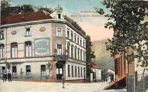 Wallerfangen-Hauptstrasse-Maenner-am-Gasthaus-Postkarte-1916
