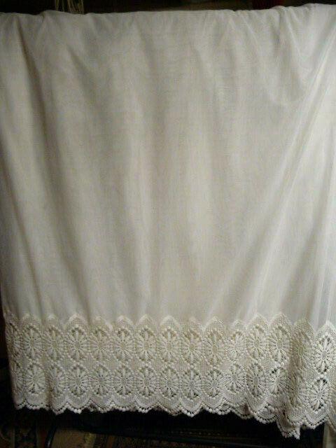 Klassischer Tüll Store mit  breiter hübscher Plauener Spitze 178cm x 260 cm