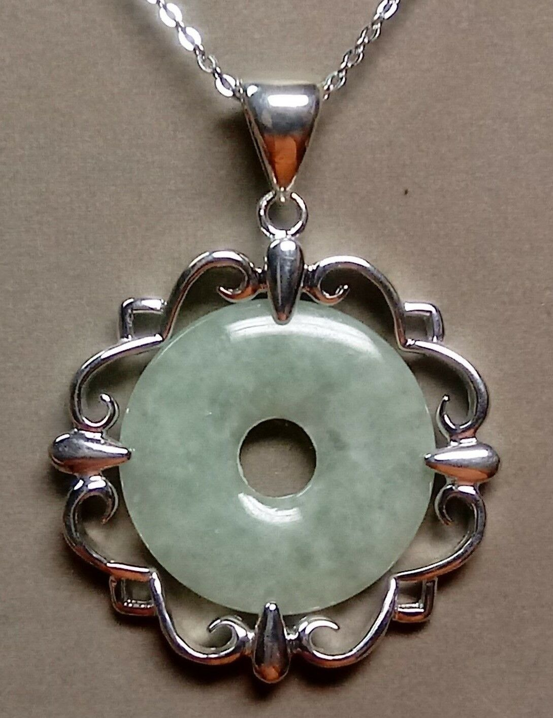 """Lovely STERLING Silver CARVED Green Jadeite JADE Disc PENDANT w//18/"""" CHAIN"""