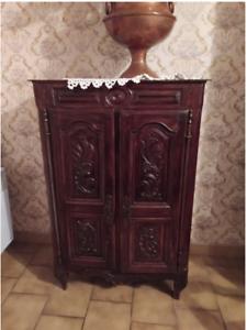 petit meuble de rangement en chêne avec portes sculptées