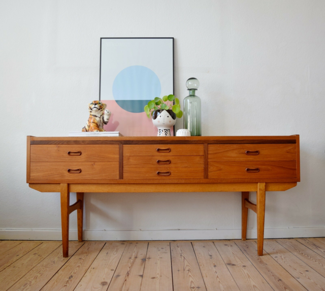 Skænk, teaktræ, Teak Skænk. Elegant, low teak chest with…
