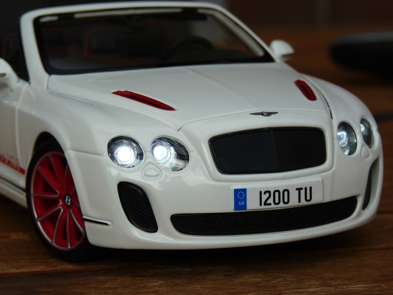 Bentley Continental Super ports ISR excessif avec éclairage DEL (Xénon) 1 18 Blanc