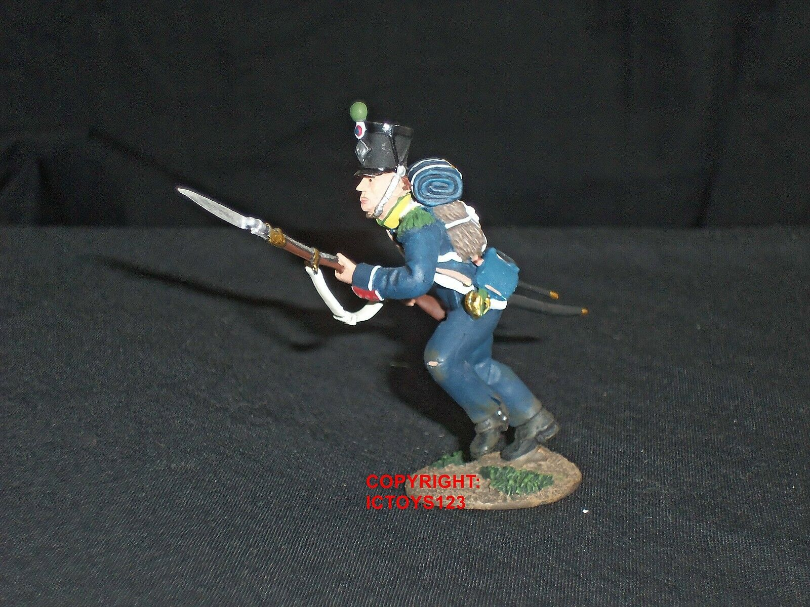 BRITAINS 36001 FRENCH LIGHT INFANTRY CHARGING METAL TOY SOLDIER FIGURE 1