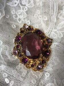 Vintage-Glass-Brooch-1950s-Style-Mauve-Purple-Gold-Colour-Setting-Statement-Pin
