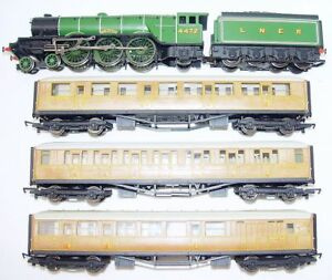 Hornby-OO-HO-A3-FLYING-SCOTSMAN-STEAM-LOCOMOTIVE-3-TEAK-COACHES-Gift-Set-NM-05