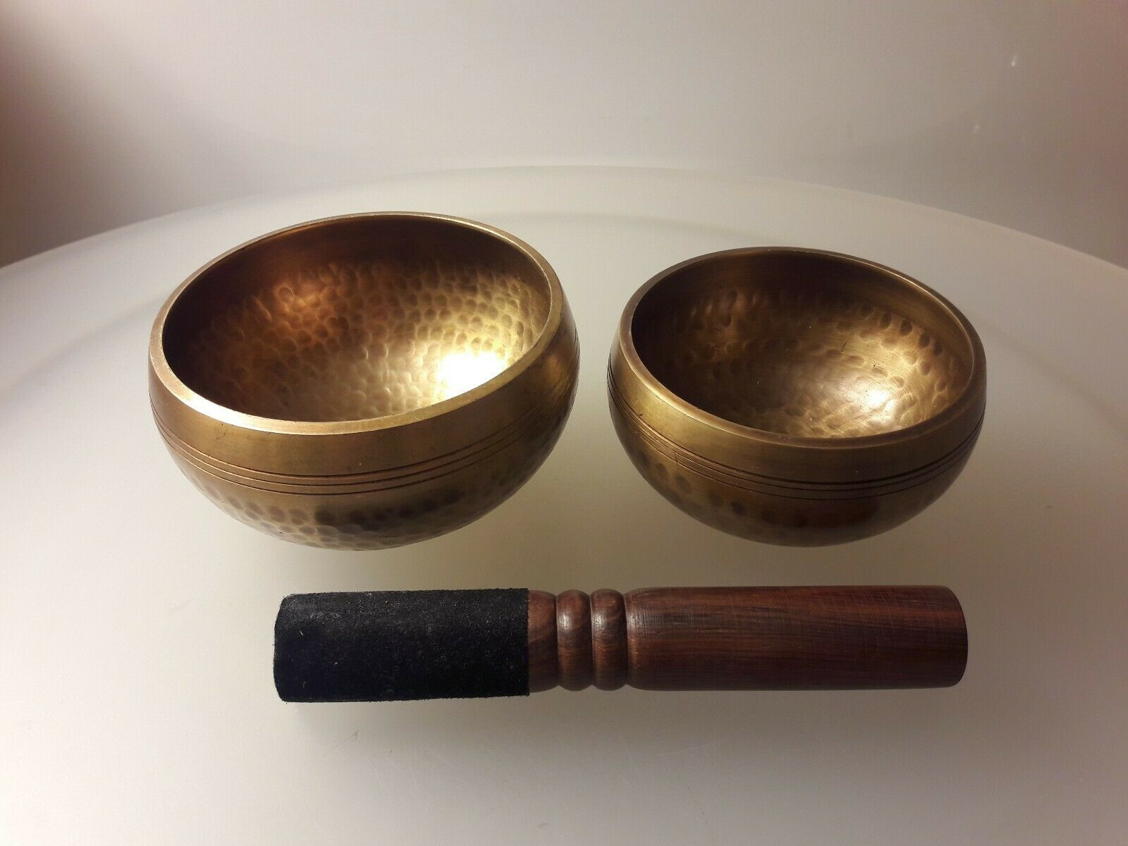 2 Gehämmerte klangschalen Singing Bowls Nepal 1050gram mit Klöppel