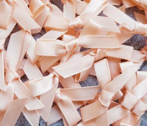 Melocotón pálido Pequeño Mini cinta de raso arcos listos hizo Artes y Artesanía Costura Tarjetas