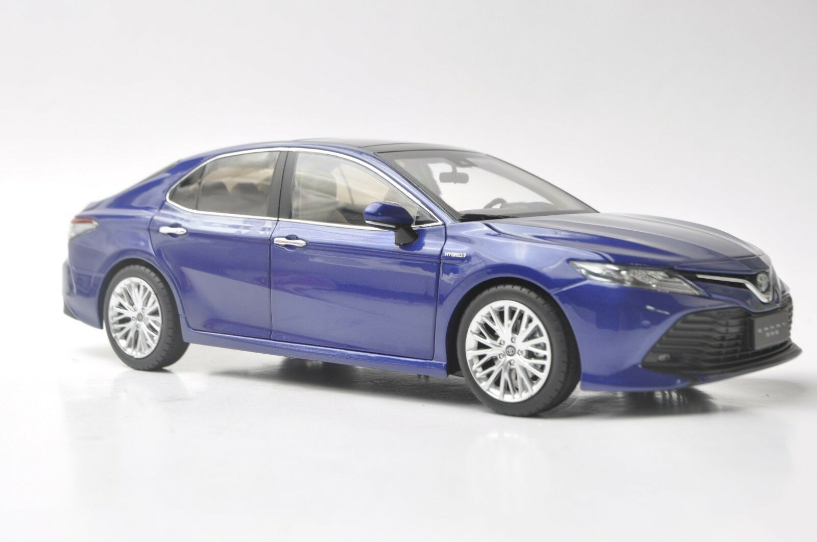 Toyota Camry Hybrid 2018 car model in scale 1 18 bluee