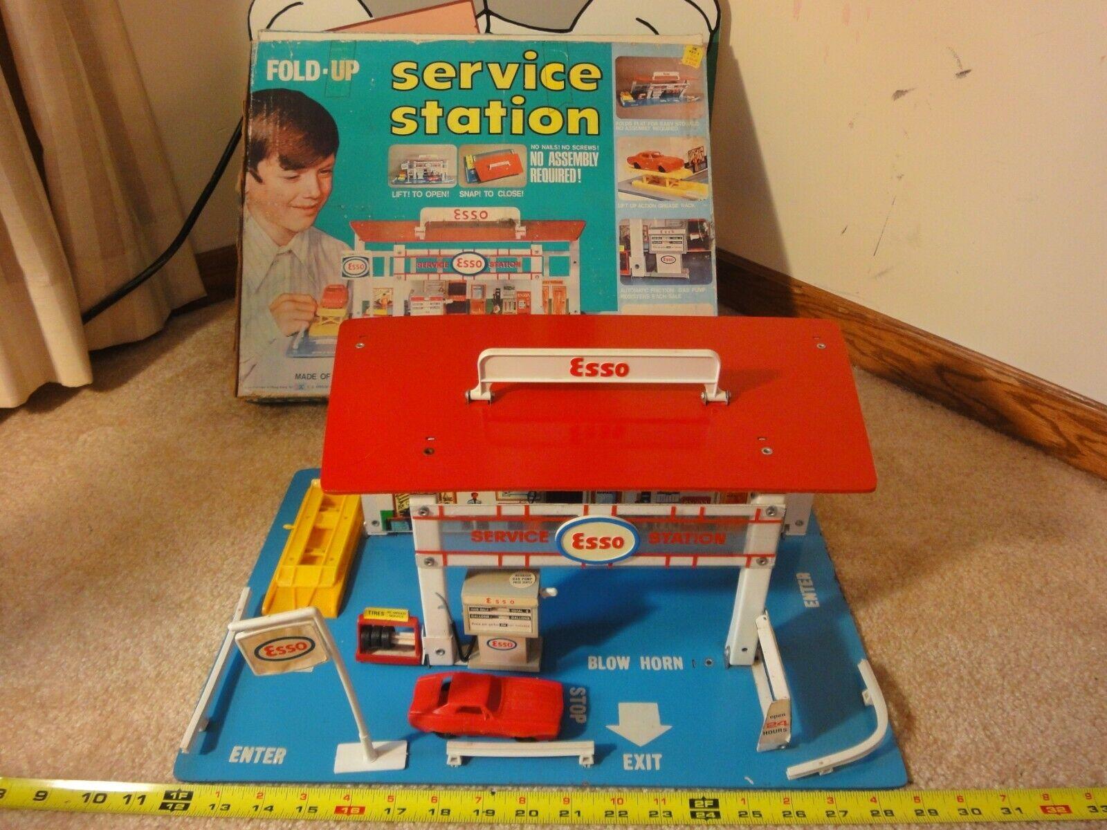 Rare  Vintage Esso Esso Esso gas, service station, fold-up diecast car play set by Kresge. 659272
