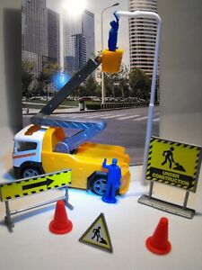 TOY-CONSTRUCTION-SET-STREET-MAINTENANCE-TEAM-HOIST-TRUCK-LORRY-AND-FIGURES-MODEL