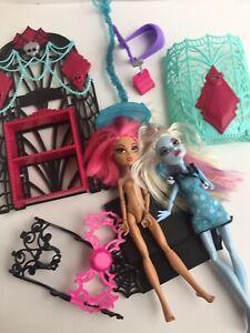 Monster-High-Mixed-Lot-Mattel-2-Dolls-Stand-Playset-items-Clawdeen-Wolf