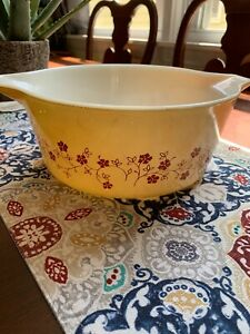 PYREX TRAILING FLOWERS PALE YELLOW RED FLOWERS. 475B. 2.5 QUARTS