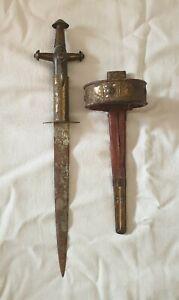 Poignard-de-collection-a-poignee-cruciforme-Telek-marquee-sur-la-lame