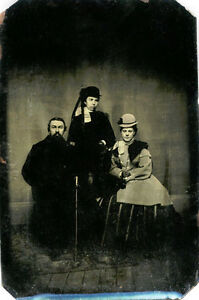 ANTIQUE-TINTYPE-PHOTO-PORTRAIT-OF-VICTORIAN-FAMILY-THREE-PEOPLE-WEARING-COATS