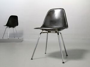 1 von 2 eames fiberglas side chair black von herman miller vitra