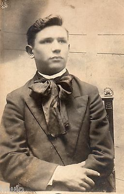 BJ867 Carte Photo vintage card RPPC Homme jeune assis mode fashion  foulard