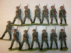 Konvolut-13-alte-Elastolin-Kunststoff-Soldaten-zu-7-5cm-Marschzug-Wehrmacht