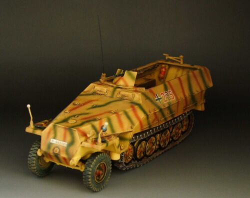 130 prebuilt WWII German SdKfz 251D Halftrack camouflage version No. 235.