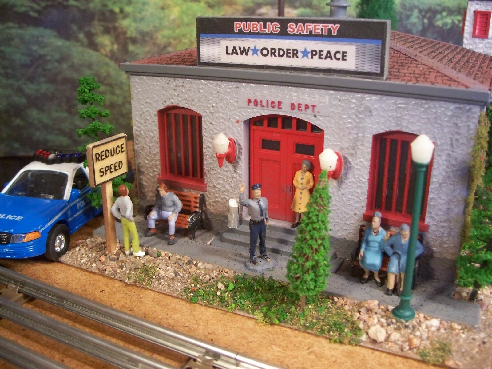 O SCALE DIORAMA BUILT DETAILED POLICE DEPT. STATION BUILDING WEATHERED ASSEMBLED