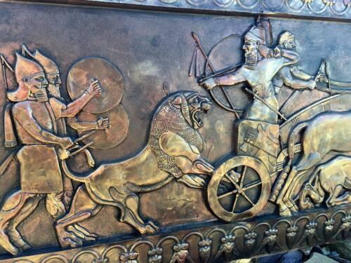 Perse Cuivre Effet sculptural plaque murale Irani iranien Babylone Guerriers