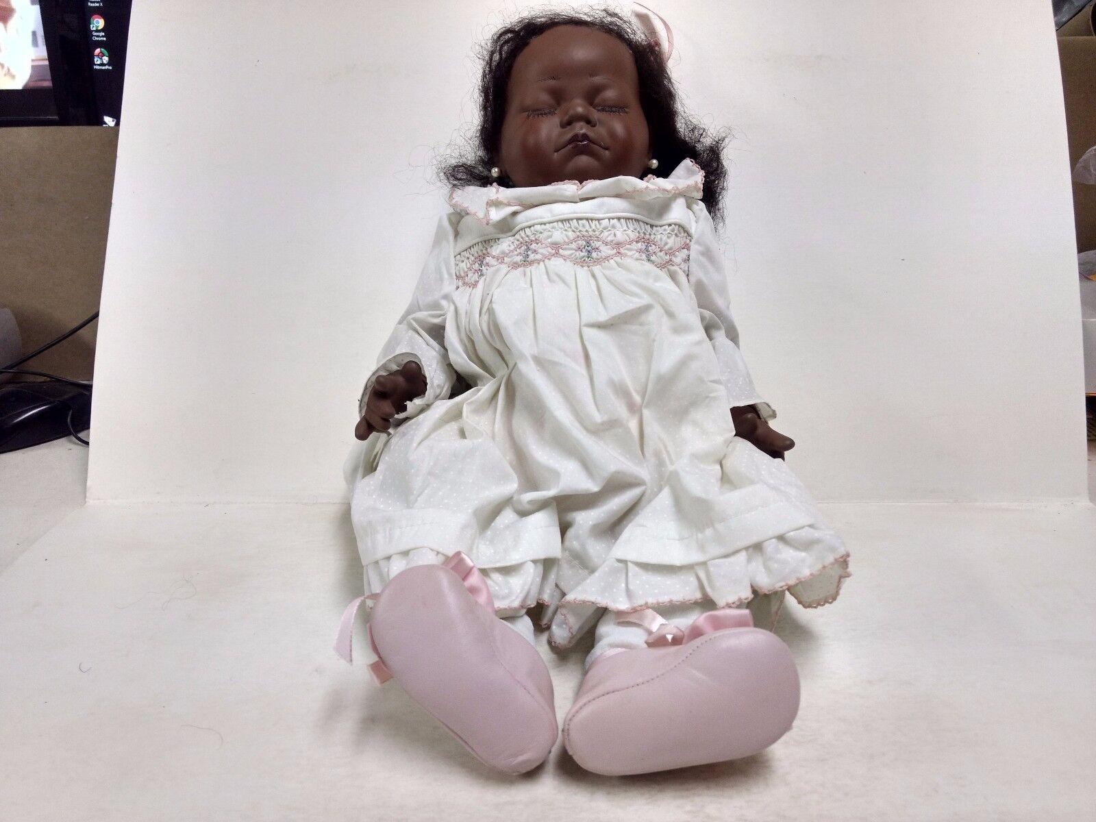 Atemberaubend Baby Porzellan Puppe Perle Ohrring Weiß Kleid von Karen Sleepy