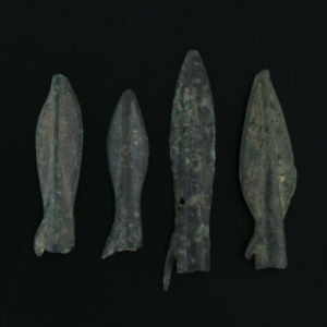 Ancient-Arrowheads-Lot-of-4-Rib-Bladed-Biblade-with-Spur-Weaponry-Patinaed