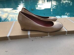 072798b10c1800 TORY BURCH BEIGE PATENT LEATHER LOGO DETAIL WEDGE  ROUND TOES PUMPS ...