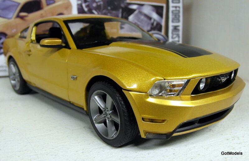 Grünlight - 1   18 skala 1844 2010 ford mustang gt Gold ltd 504 pcs ein diecast modell