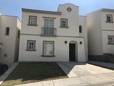 Casa en venta en privada con alberca y Cto de servicio Juriquilla Qro