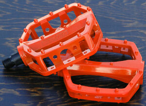 """FIXIES 9//16/"""" PLASTIC ROUND BICYCLE PEDALS,BMX,CRUISERS,MOUNTAIN BIKE"""