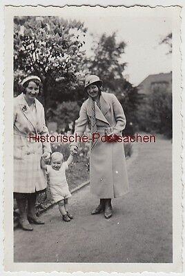 (f12252) Orig. Foto Hamburg, Personen Mit Kleinkind Spazieren 1933