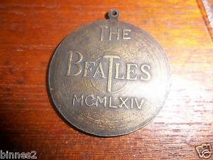 THE-BEATLES-ORIGINAL-GENUINE-MEDAL-RECORD-CHARM-PENDANT-FAB-4-FIRST-USA-VISIT