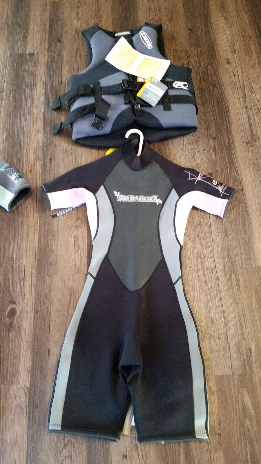 Woman's Seadoo wet suit new and vest. Light Pink