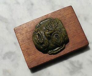 Masque Olmèque XXe Mexique pierre (turquoise) 5 x 5 cm (avec le support: 9 x6,5)