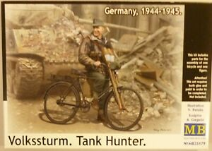 MasterBox-1-35-German-Soldier-Tank-Hunter-Figure-on-Bicycle-WWII-Model-Kit-35179