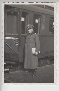 F20190-Orig-Foto-deutscher-Soldat-am-Eisenbahn-Personenwagen-Trier-1940er
