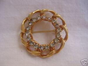 Vintage-Rhinestone-Circle-Pin-LOVELY-Gold-Tone-Classic