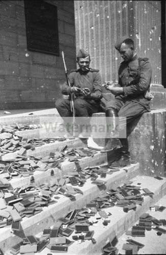 WWII photo Soviet soldiers view German awards 555