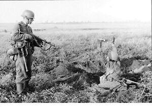 WWII-Photo-German-Soldier-with-Russian-Prisoner-WW2-B-amp-W-World-War-Two-2206